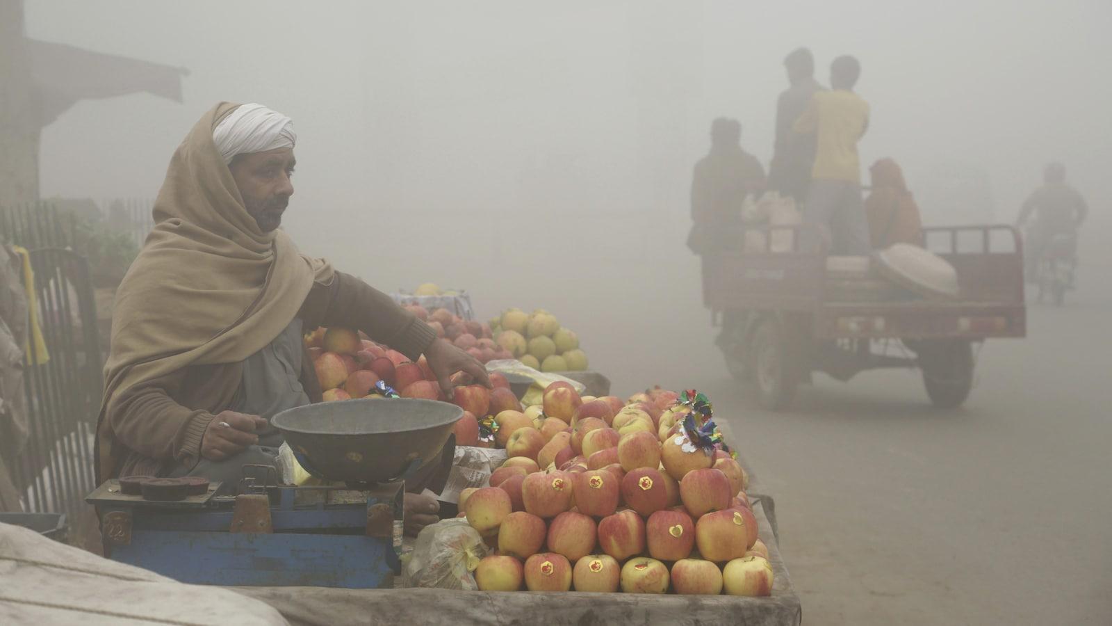 Un commerçant dans les rues de Lahore au Pakistan, où la pollution atteint des niveaux dangereux.