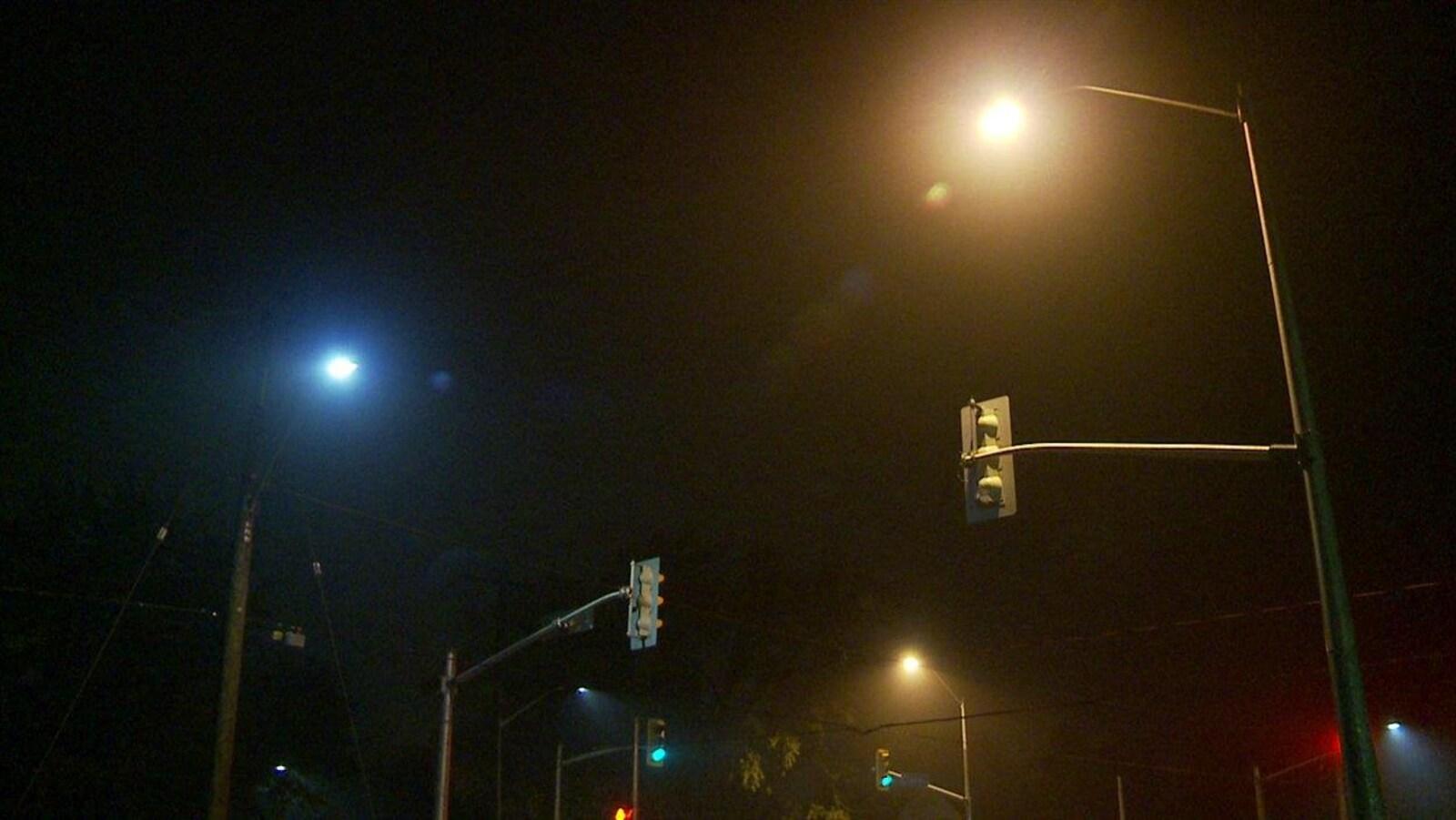 Un éclairage Del (bleuté) à côté d'un éclairage régulier (orangé).