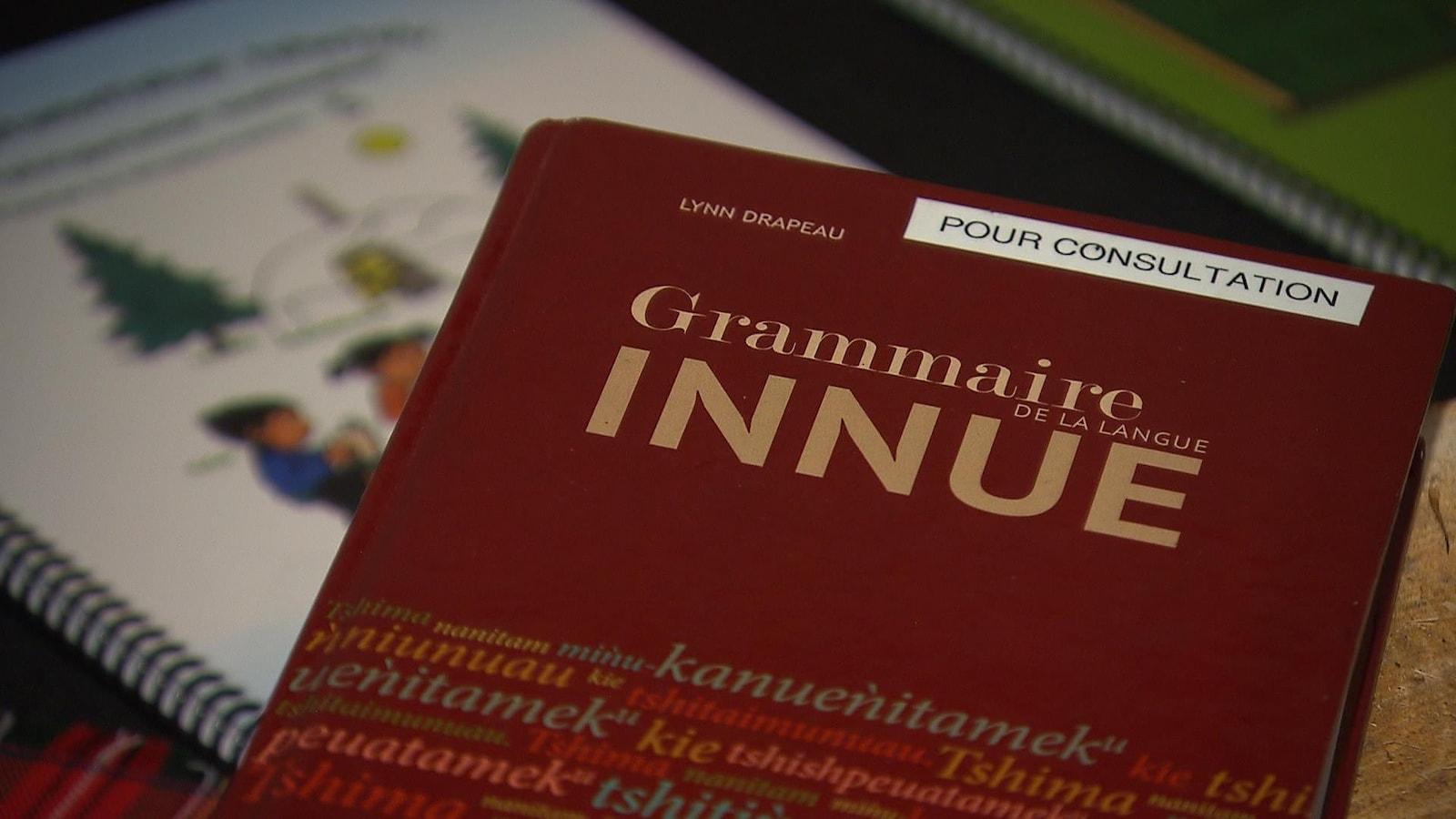 La couverture du livre est rouge.