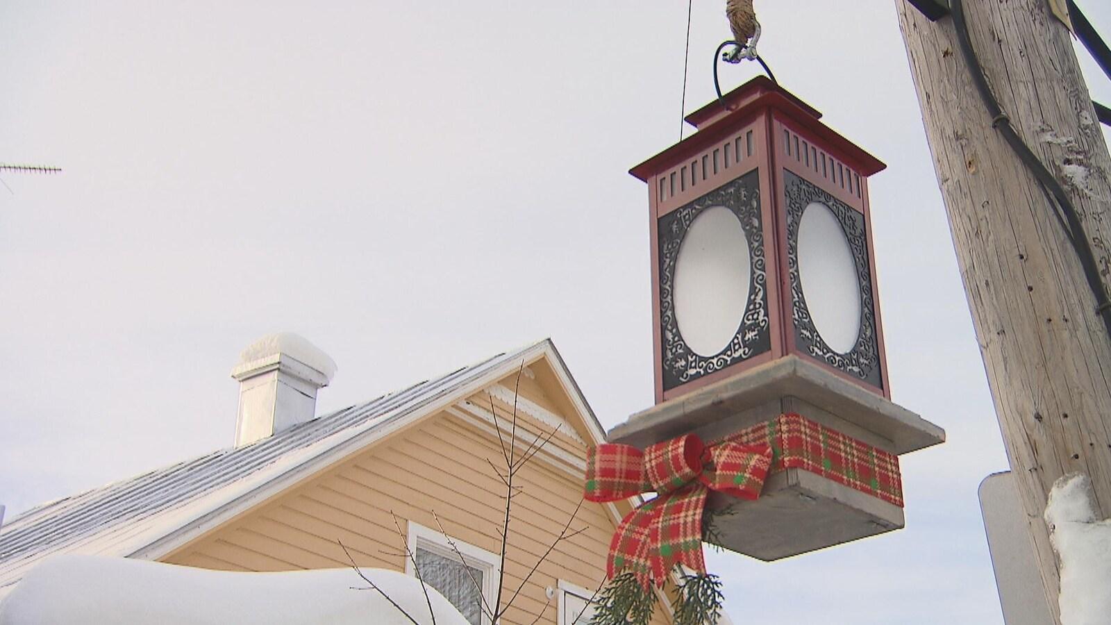Une lanterne ornée d'une boucle de Noël