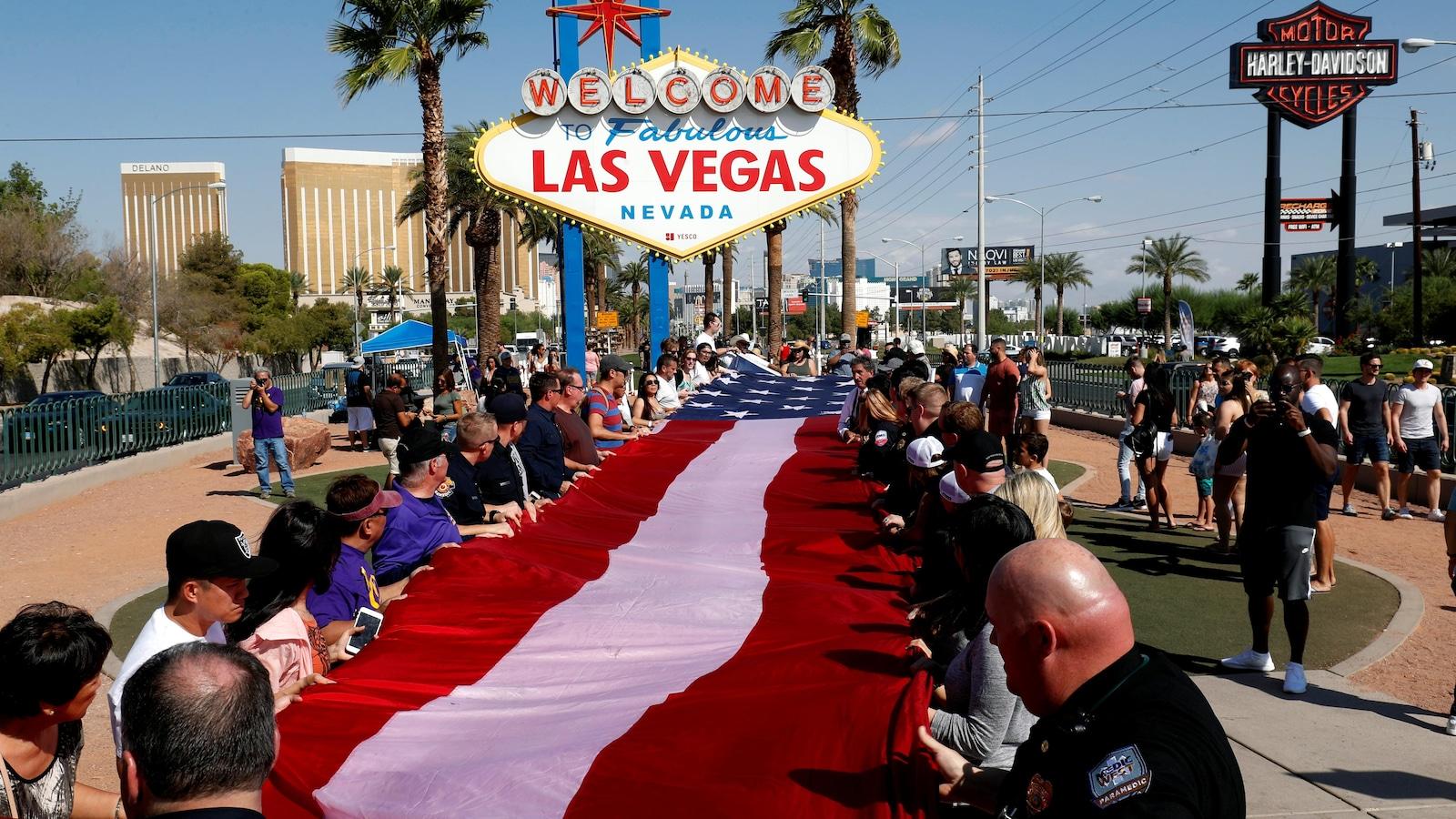 Déploiement d'un drapeau américain en hommage aux 58 morts et près de 500 blessés de la fusillade du 1er octobre 2017.