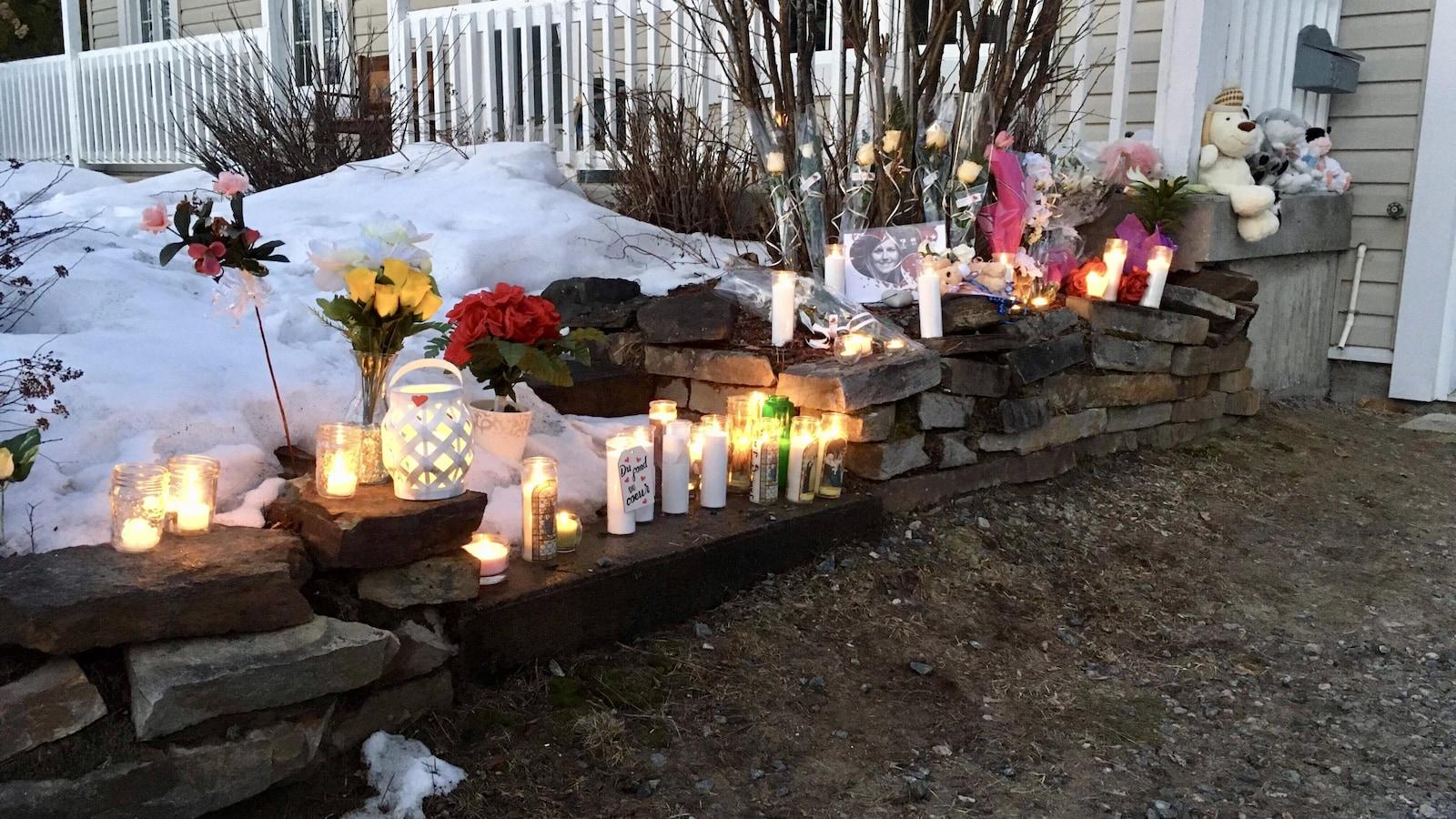 Des bougies, des fleurs et de photos ont été déposées devant la maison où le drame s'est déroulé.