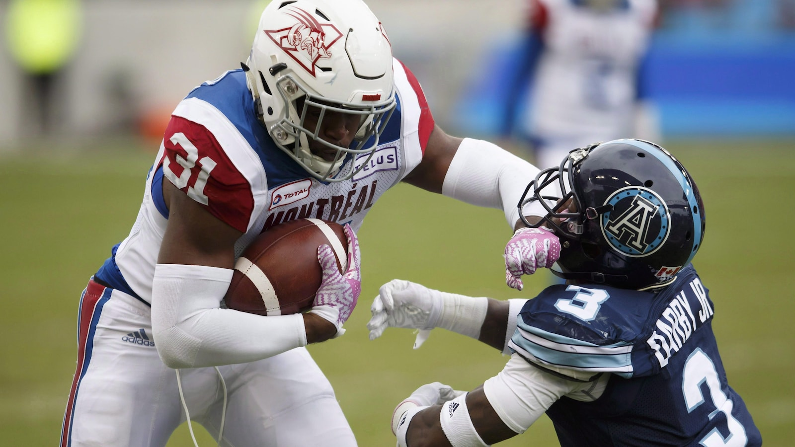 William Stanback des Alouettes bloque Alden Darby des Argonauts lors d'un match de la Ligue canadienne de football en octobre 2018.