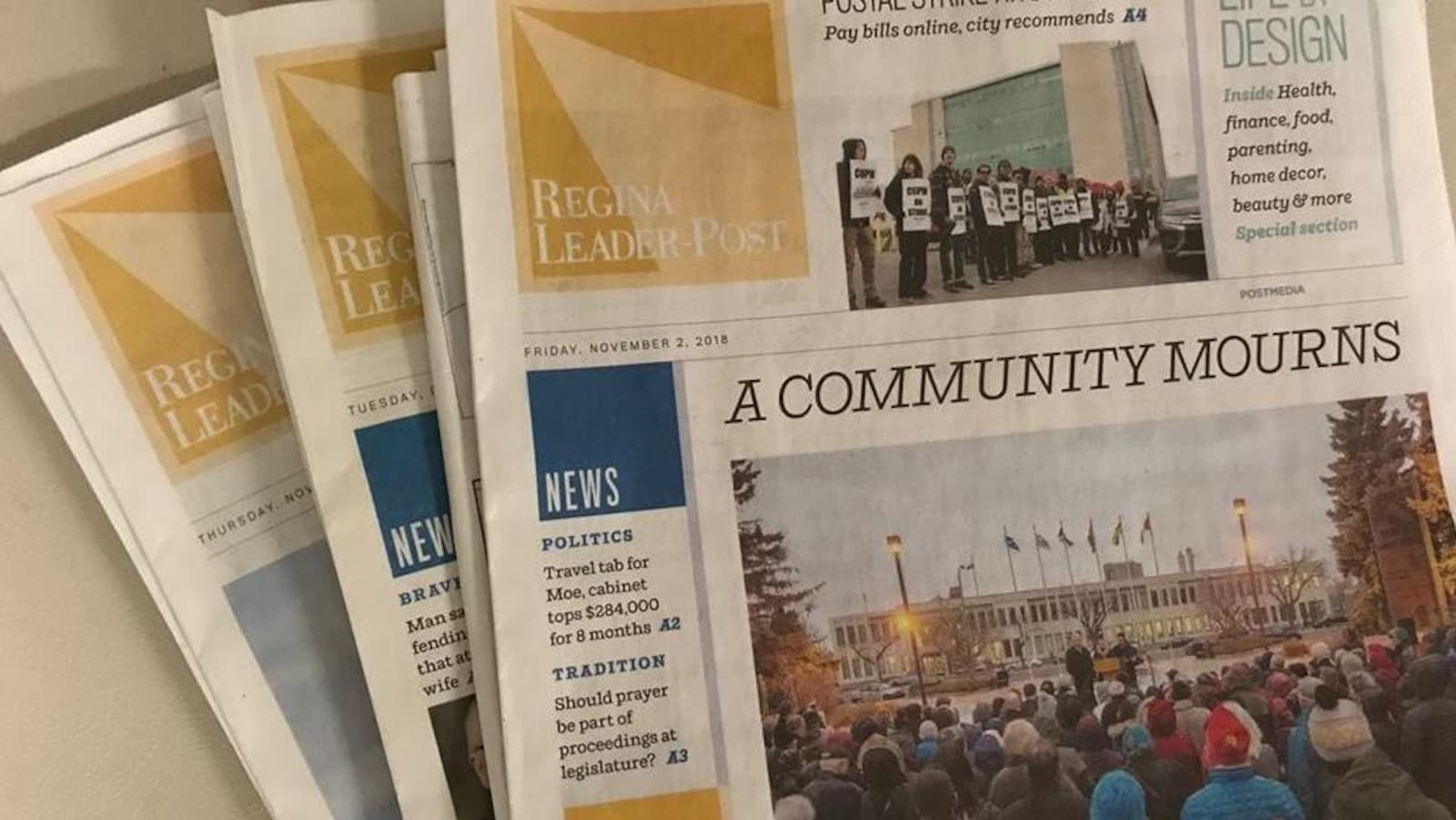 Des copies du journal Leader-Post de Regina en date du 2 novembre 2018.