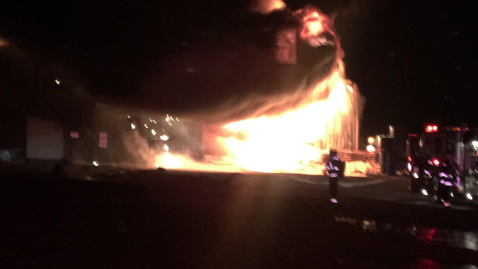 Un énorme incendie est survenu ce samedi à Leamington en Ontario.