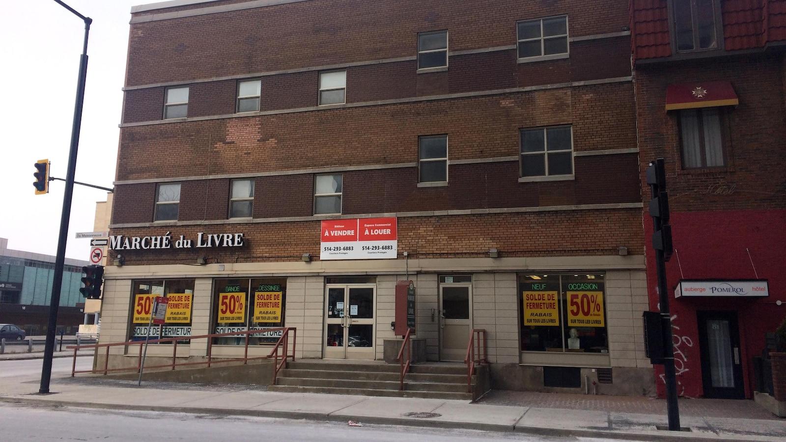 La librairie Marché du livre, située à Montréal, au croisement des rues De Maisonneuve et Saint-Hubert. On peut y voir plusieurs affiches annonçant la fermeture et le rabais de 50%.