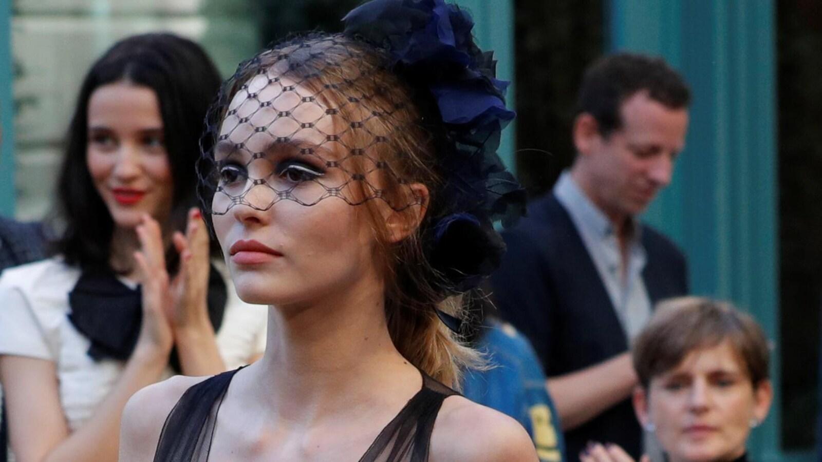 Une mannequin lors d'un défilé de mode,