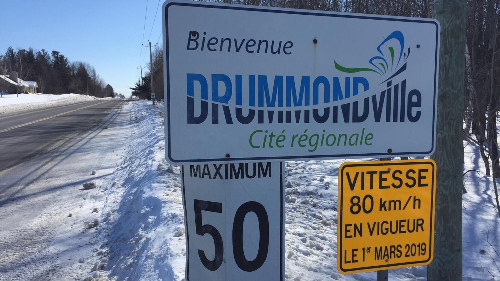 Panneau indiquant qu'à compter du 1er mars 2019, la limite de vitesse passera de 50 km/h à 80 km/h dans une rue de Drummondville.