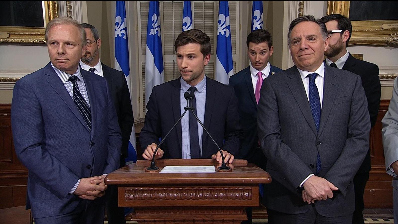 Jean-François Lisée, Gabriel Nadeau-Dubois et François Legault devant les journalistes.