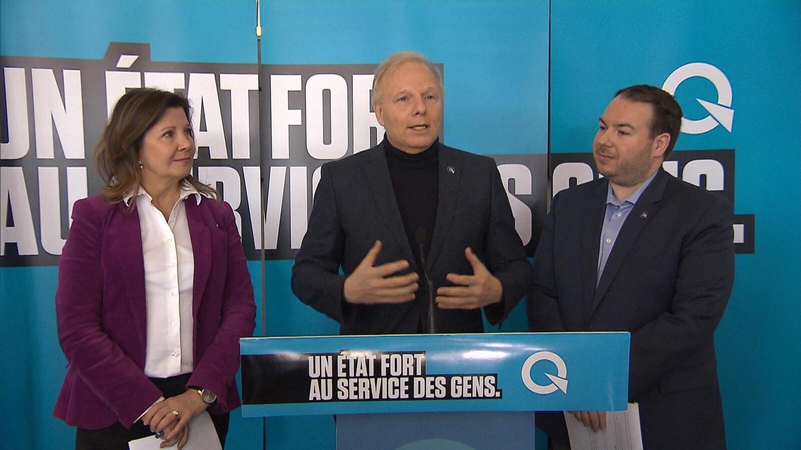 Le chef péquiste Jean-François Lisée, sa porte-parole en matière de santé, Diane Lamarre, et son porte-parole en matière de services sociaux et de protection de la jeunesse, Dave Turcotte.