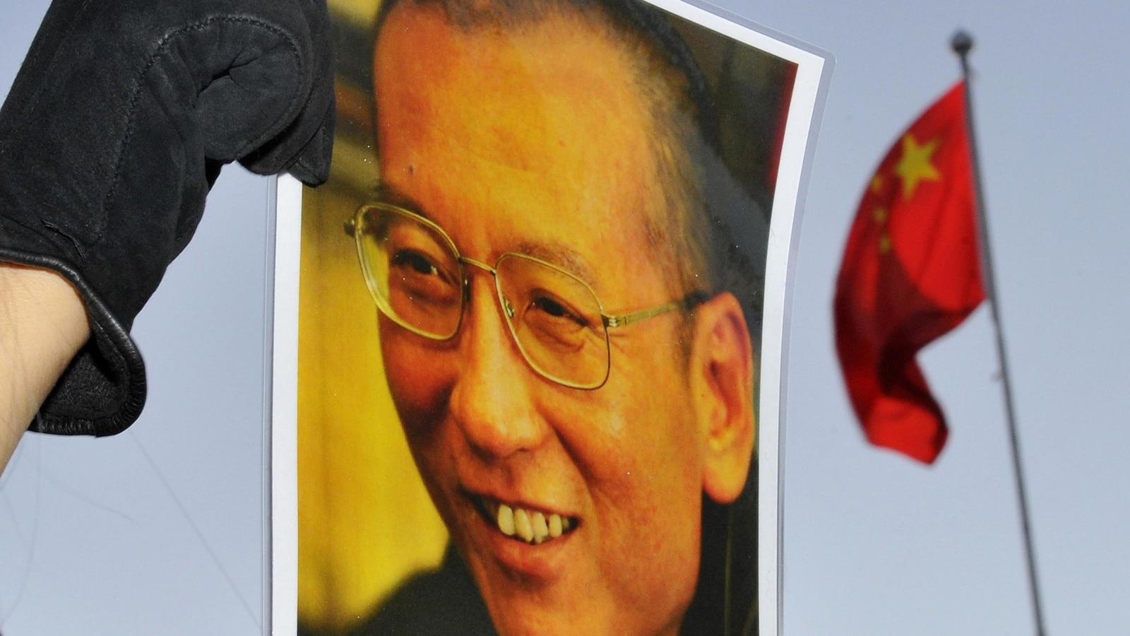 Photo de Liu Xiaobo, avec un drapeau chinois en arrière plan