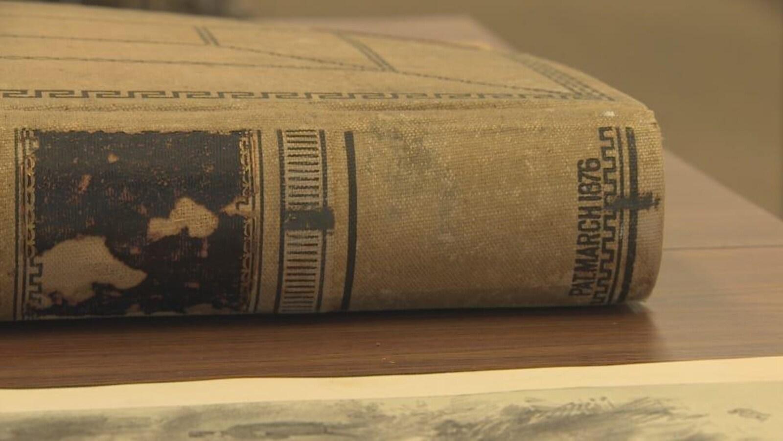 Un livre ancien sur une table en bois.