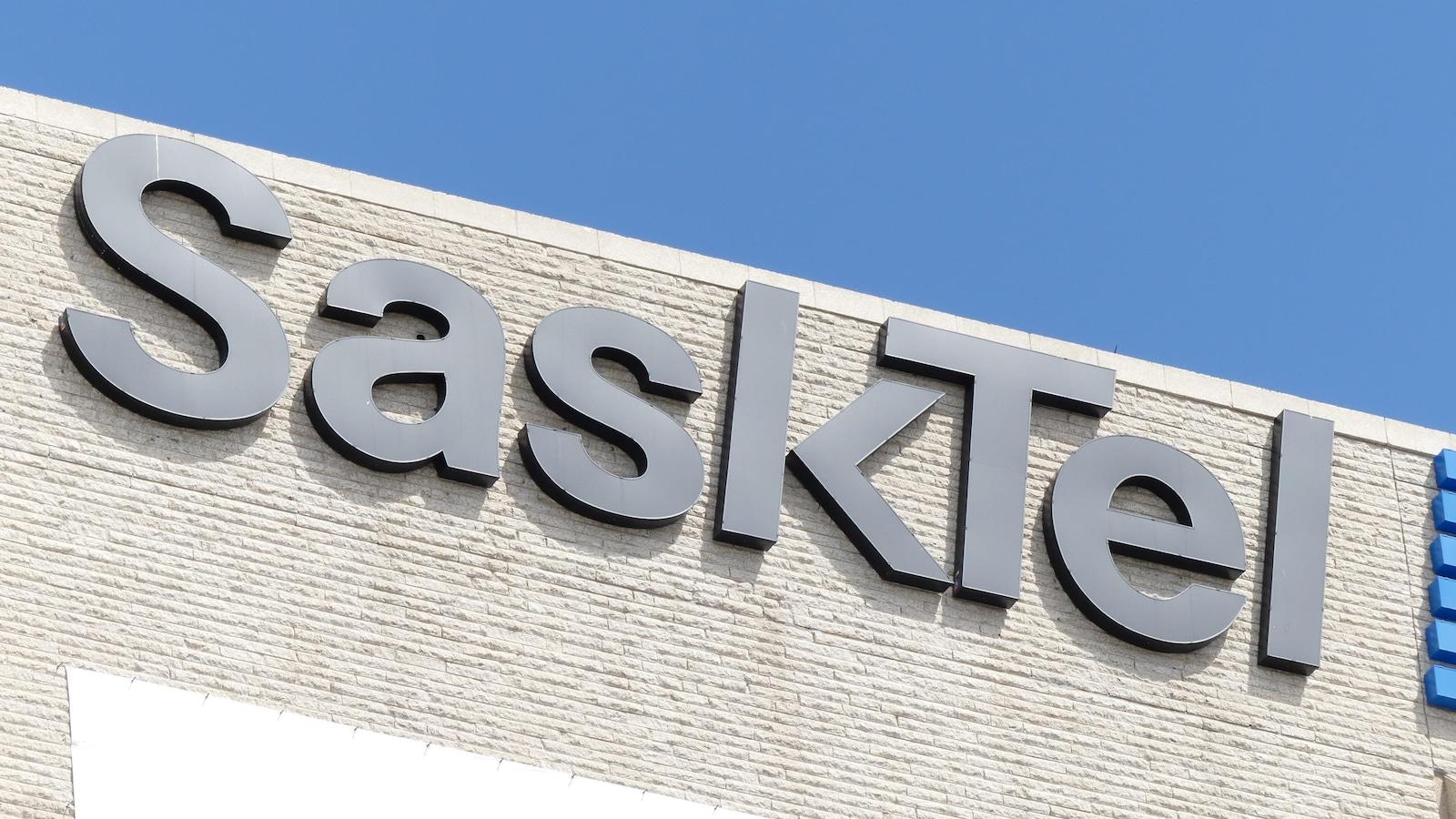 Logo de la société d'État SaskTel, sur la façade d'un immeuble.