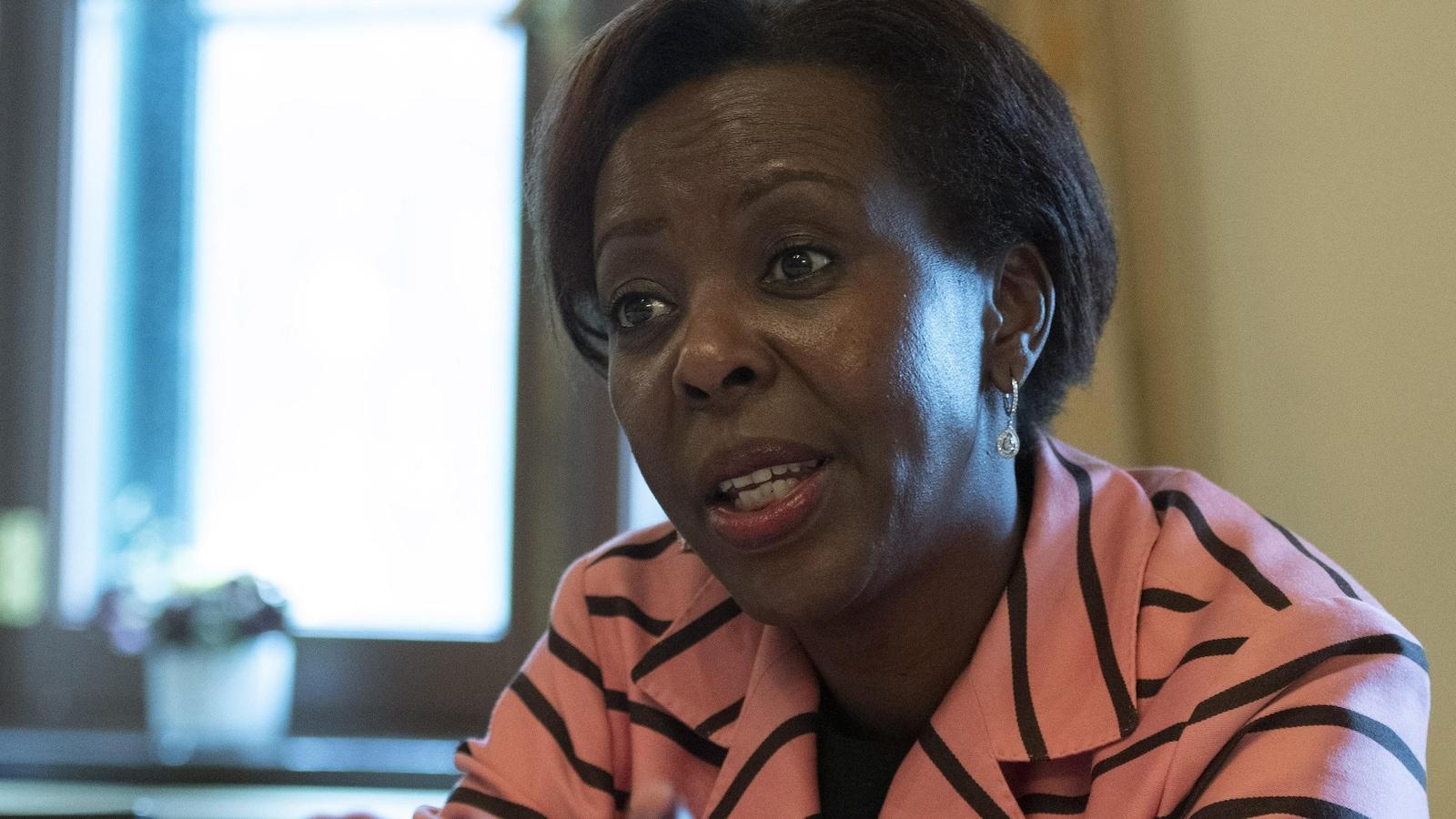Louise Mushikiwabo, secrétaire générale de la Francophonie, répond aux journalistes lors d'une conférence de presse.