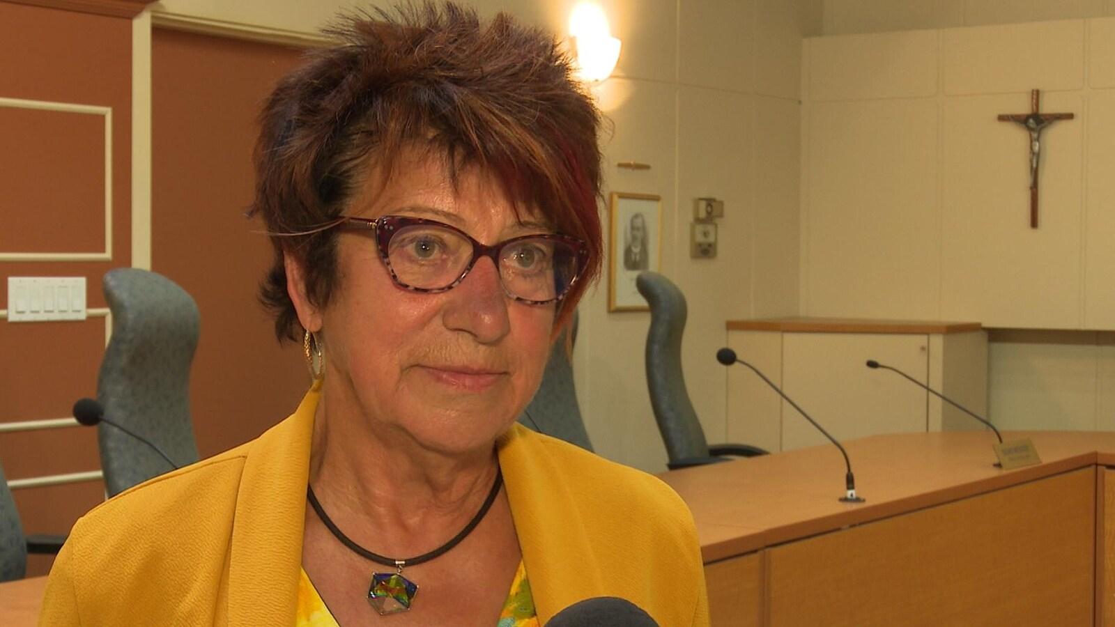 Louisette Doiron-Catto dans le bureau du conseil municipal