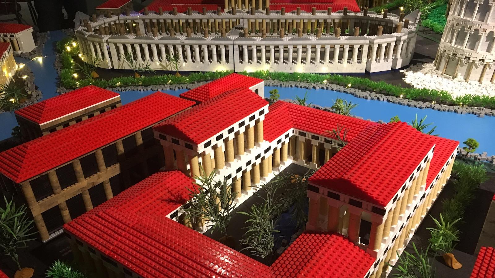 L'Empire romain vu Gilles Maheux et son équipe. Maquette mignature de plusieurs bâtiments romains.