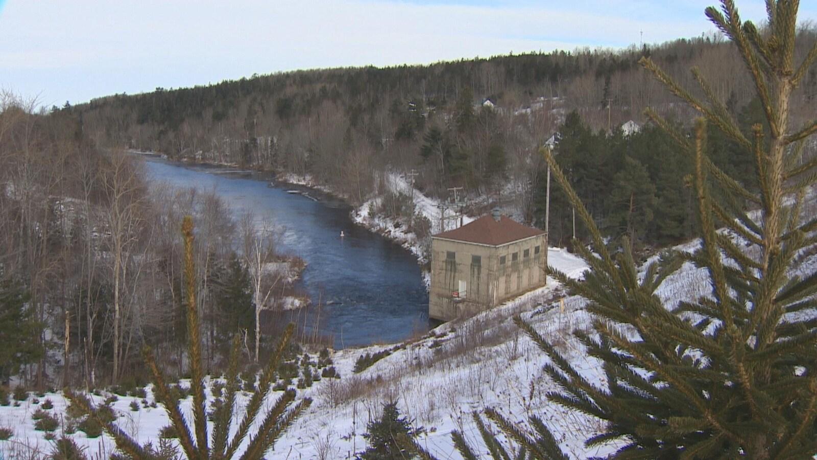 La centrale, vue de loin, en hiver.