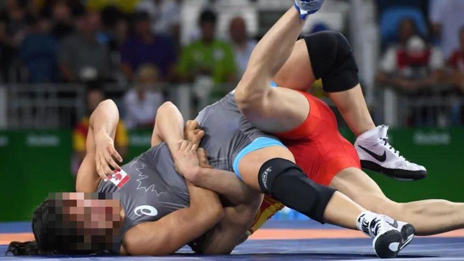 Deux lutteuses lors d'une compétition olympique.
