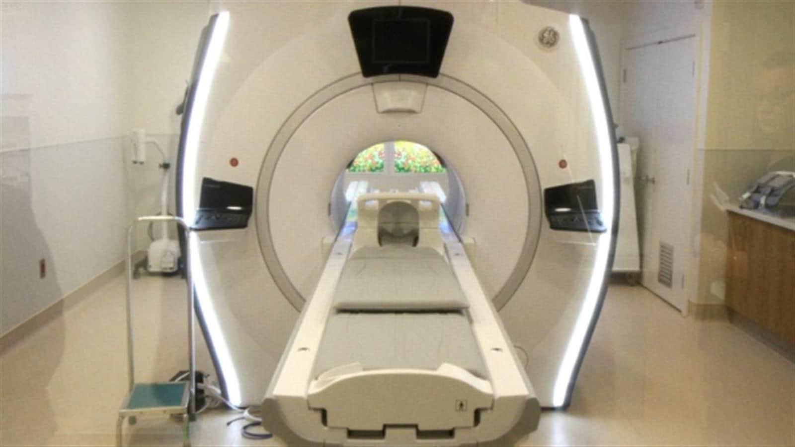 Une machine pour examen d'imagerie par résonnance magnétique