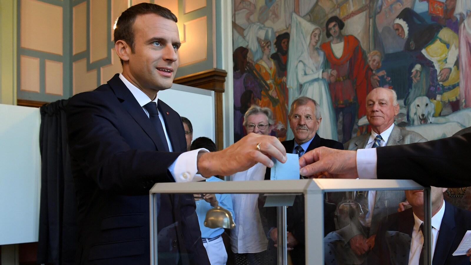 Le président Emmanuel Macron a voté en matinée, dans la coquette station balnéaire du Touquet, où il dispose d'une résidence secondaire avec sa femme, Brigitte.