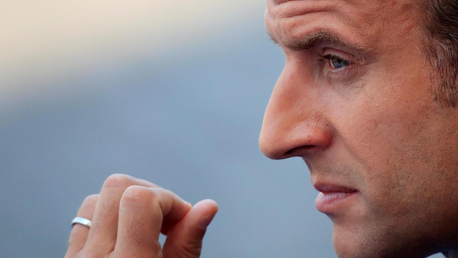 Gros plan sur le visage d'Emmanuel Macron, de profil.