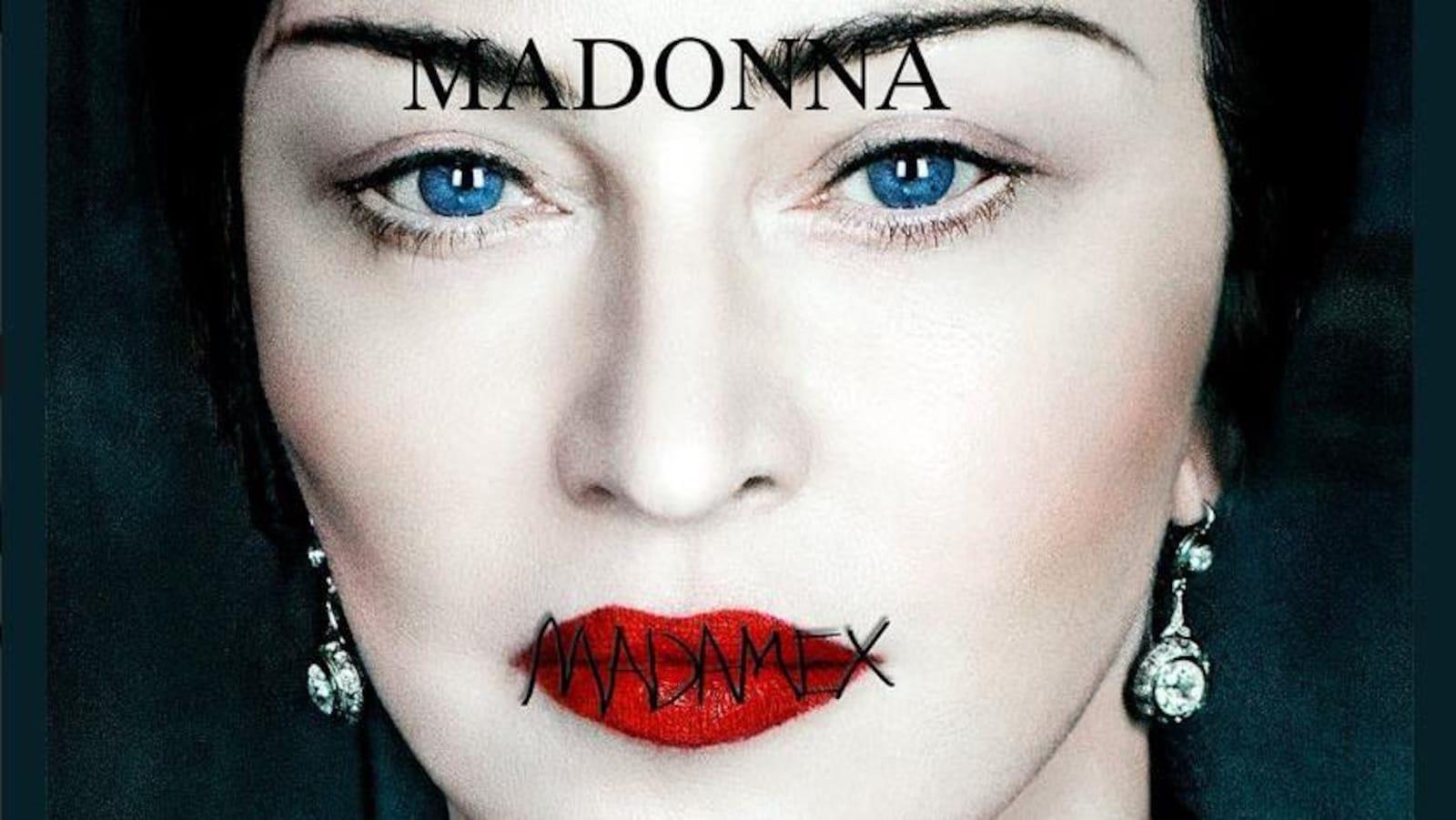 La chanteuse a les mots « Madame x » écrits sur ses lèvres écarlates.