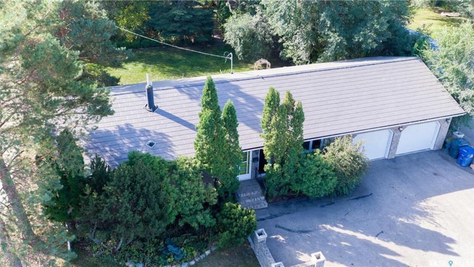 La maison a un garage double et une terrasse.