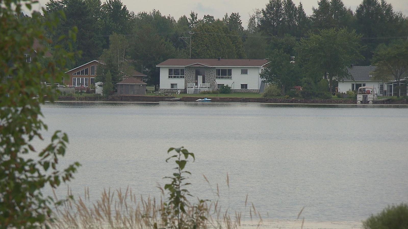 Maisons devant le lac à la tortue