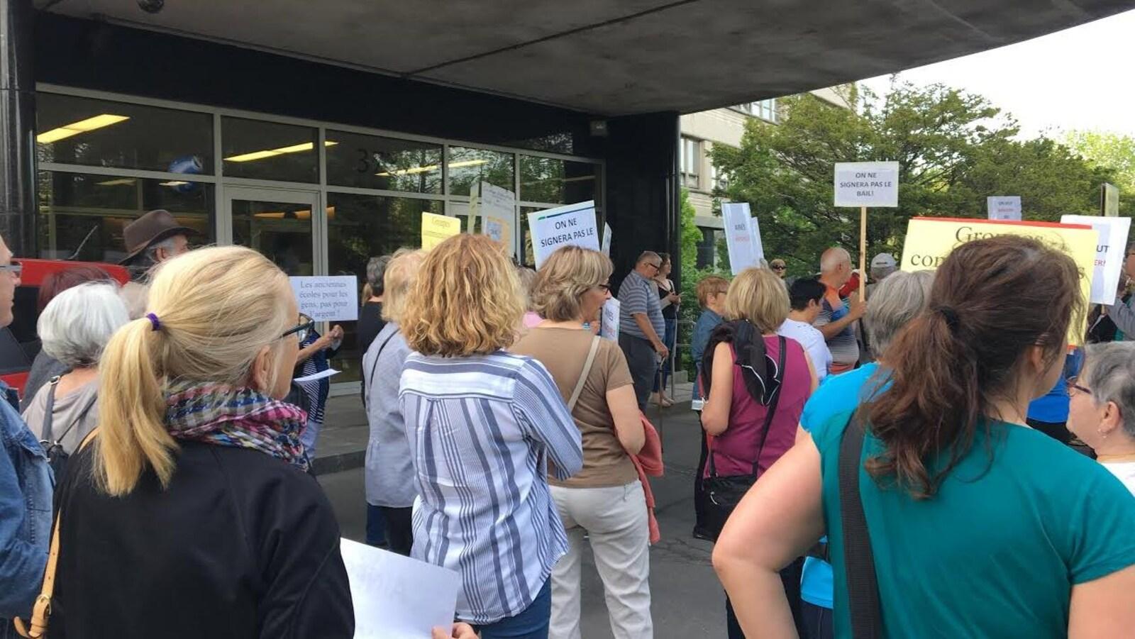 Quelque 150 personnes travaillant dans le milieu communautaire ont manifesté devant les bureaux de la Commission scolaire de Montréal pour contester les hausses de loyers faramineuses qui leur seront imposées l'année prochaine.