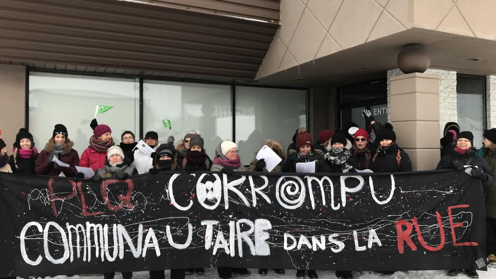 Des représentants des organismes communautaires ont bloqué l'accès au siège social du Parti libéral du Québec, à Québec.