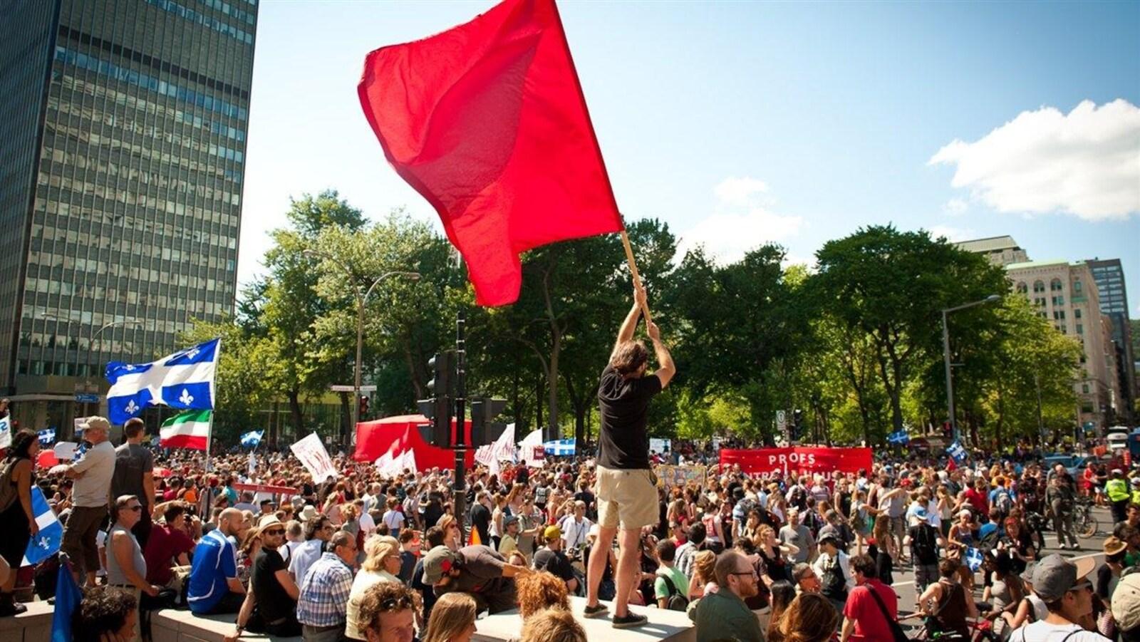 De nombreux étudiants ont envahi la rue pour manifester.