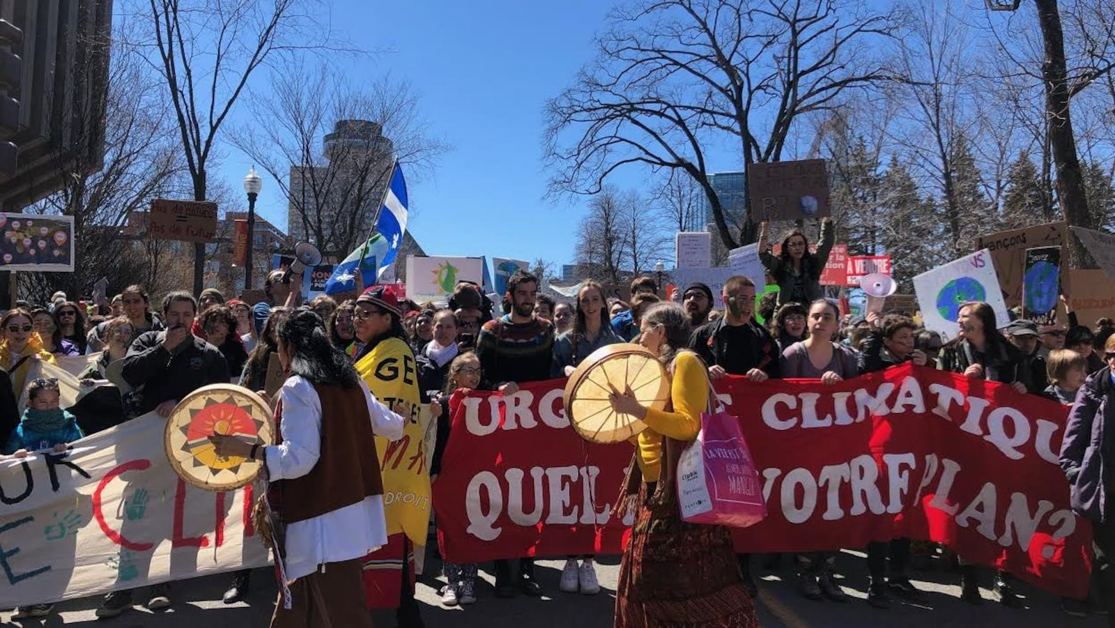 Les manifestants scandent de nombreux slogans pro-environnement.