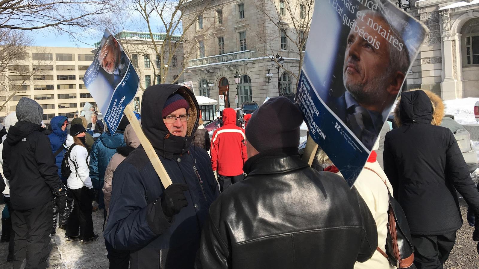Les juristes manifestent sur la colline Parlementaire à Québec.
