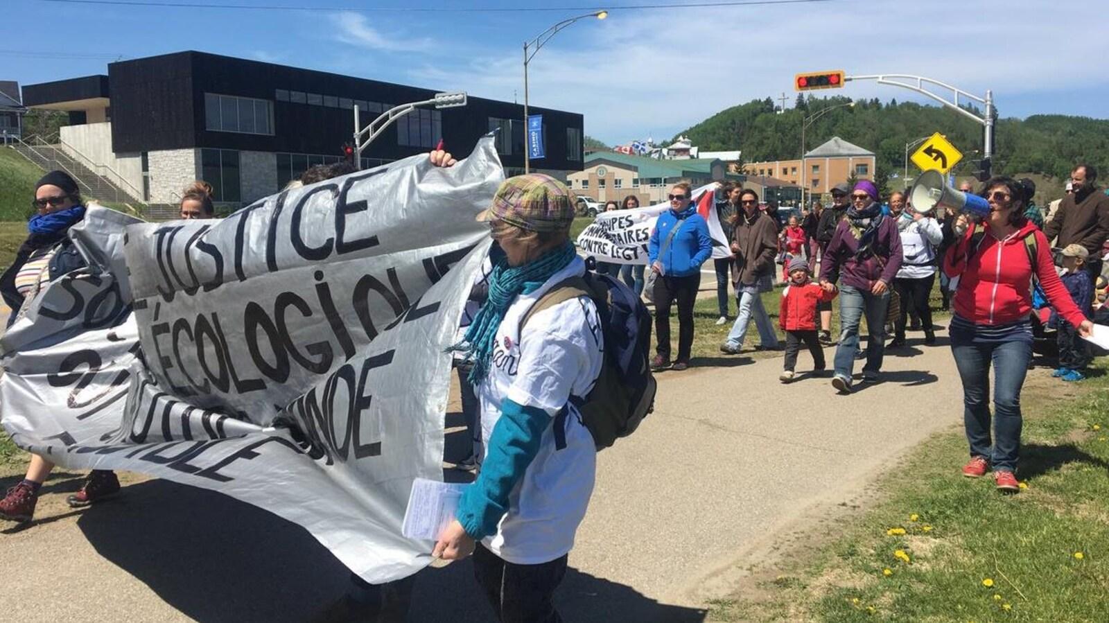 Des manifestants avec mégaphone et banderole
