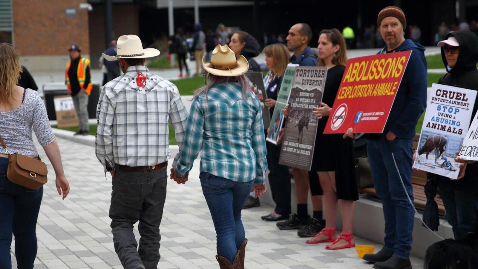 Des amateurs de rodéo sont accueillis par une cinquantaine de manifestants.
