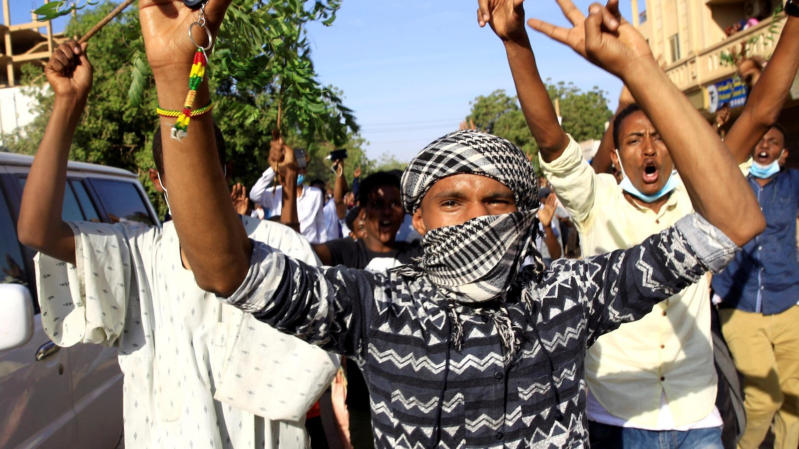 Des Soudanais défient le pouvoir