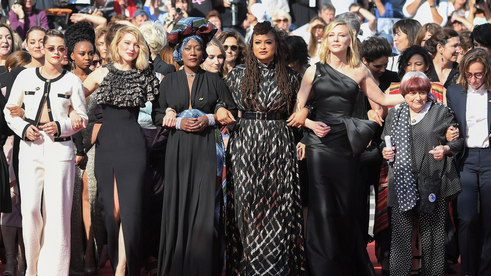 Des dizaines de femmes, bras dessus, bras dessous, ont fait une montée des marches historique au Festival de Cannes.