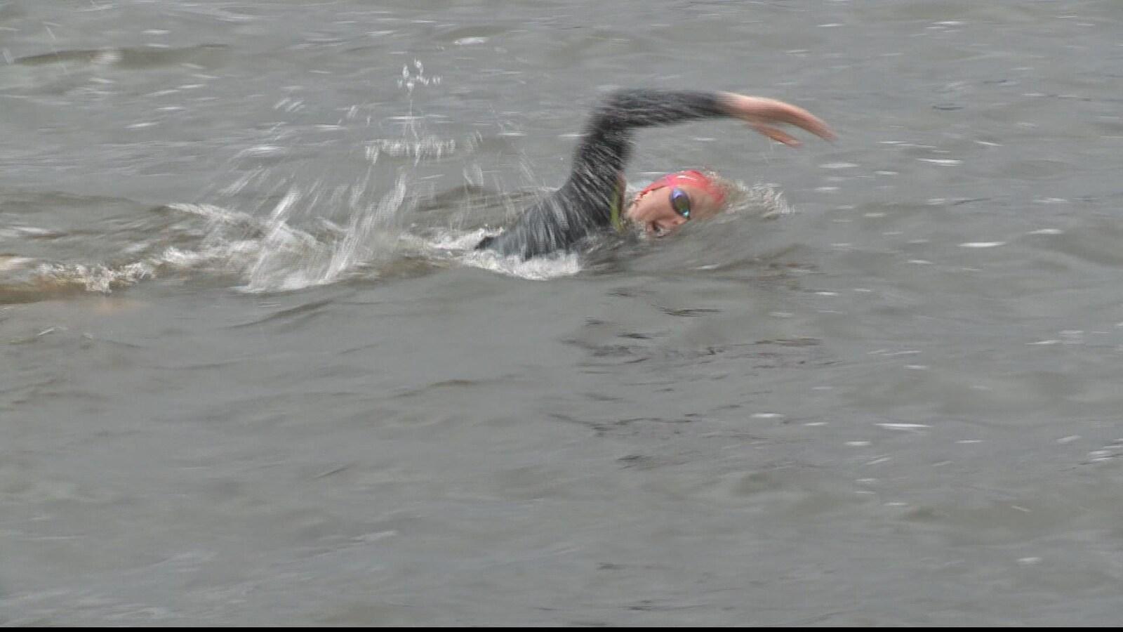 Marie-Laurence Lortie, en plein entraînement dans la rivière Saint-François, avec ses lunettes et sa combinaison de plongée
