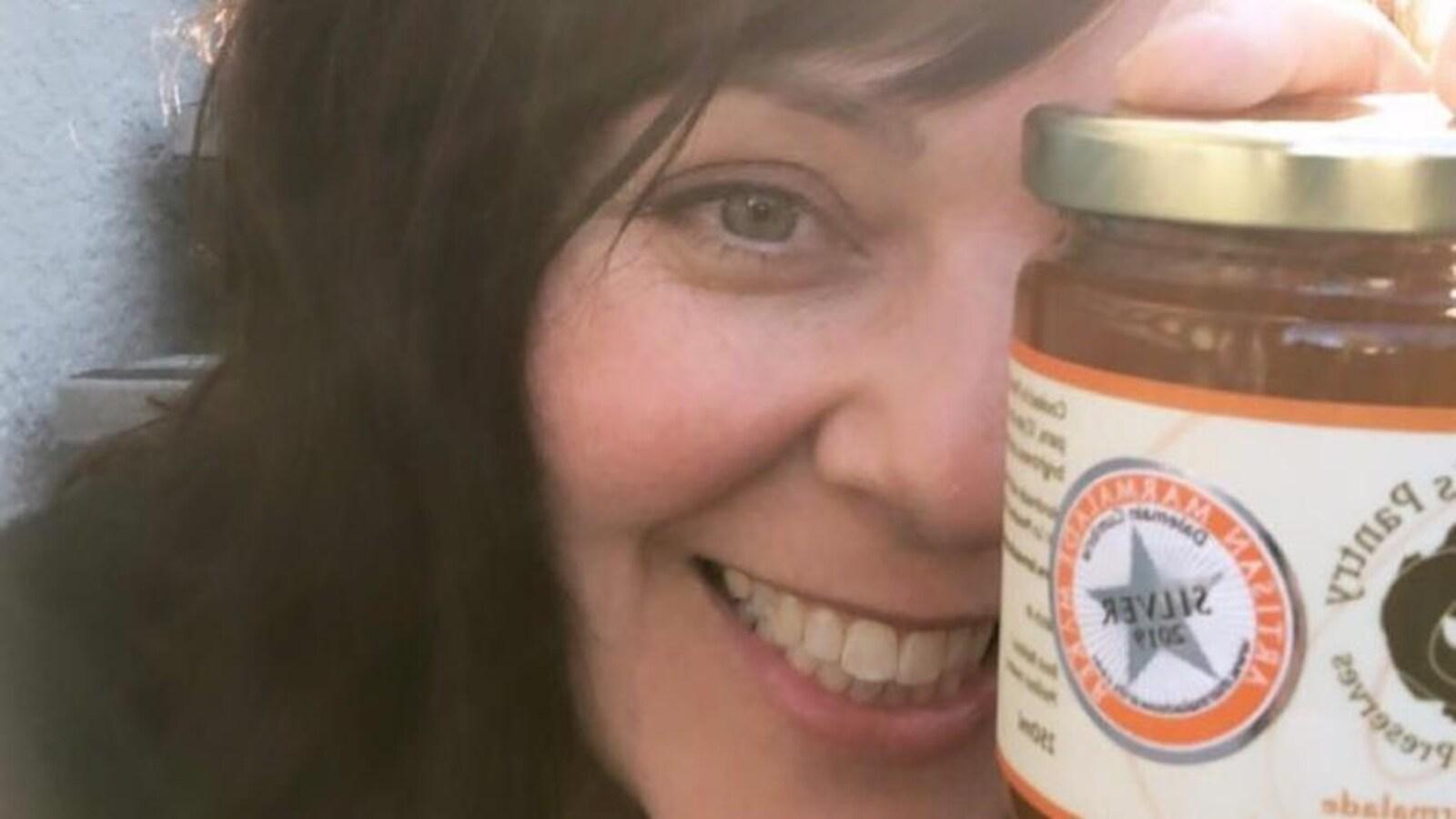 La Sherbrookoise d'origine Geneviève Blanchet a remporté l'argent lors d'un prestigieux concours de marmelade tenu en Écosse. On la voit ici qui tient l'un de ses fameux pots, avec la mention argent.