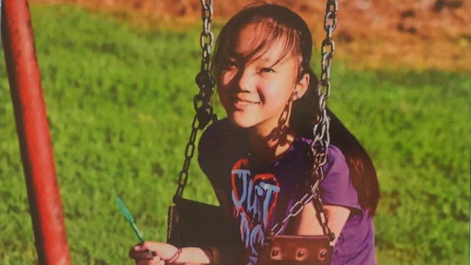 Marrisa Shen, une jeune adolescente asiatique assise sur une balançoire avec un carnet et un crayon dans les mains.