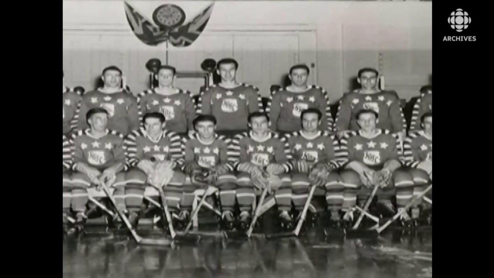 Photo de groupe des joueurs sélectionnés pour un match des étoiles de la LNH dans les années 50.