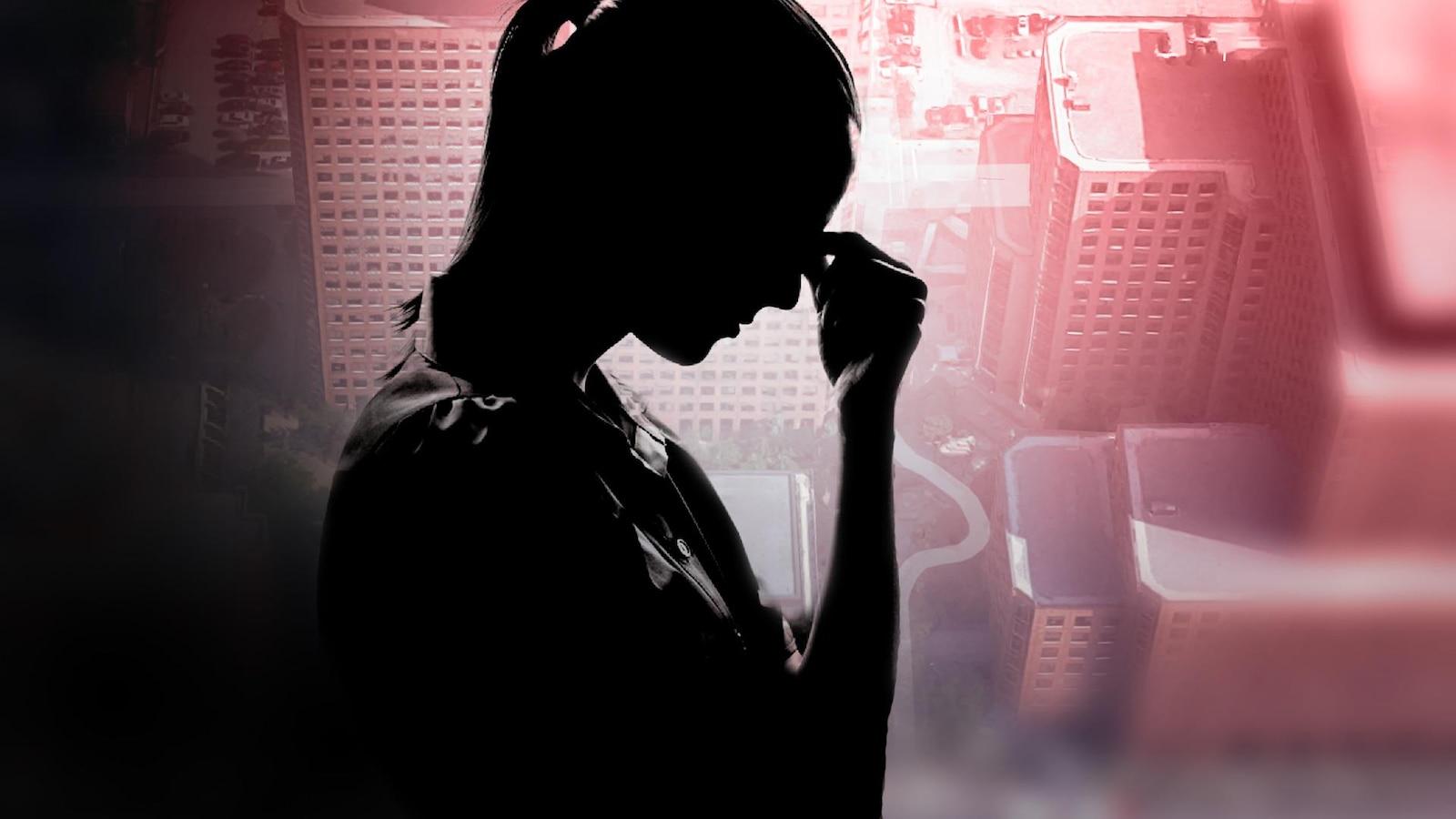 La silhouette d'une femme qui se touche le front, devant une photo des Terrasses de la Chaudière.