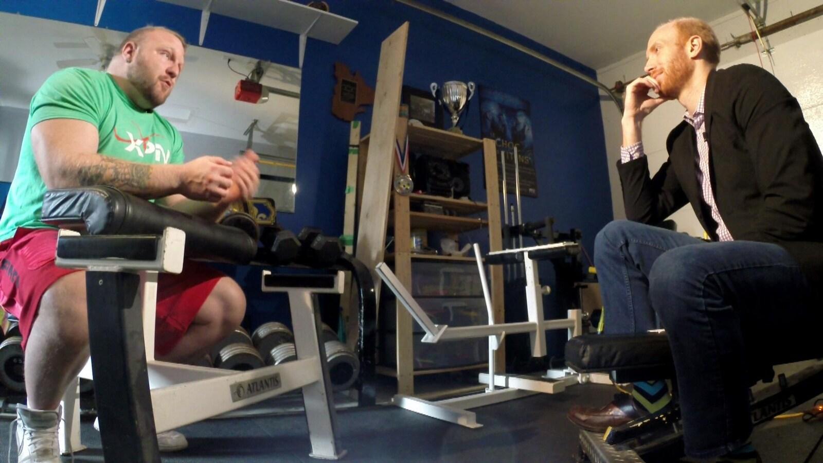 Homme assis sur un banc d'entraînement et Jean-Philippe Nadeau en face de lui