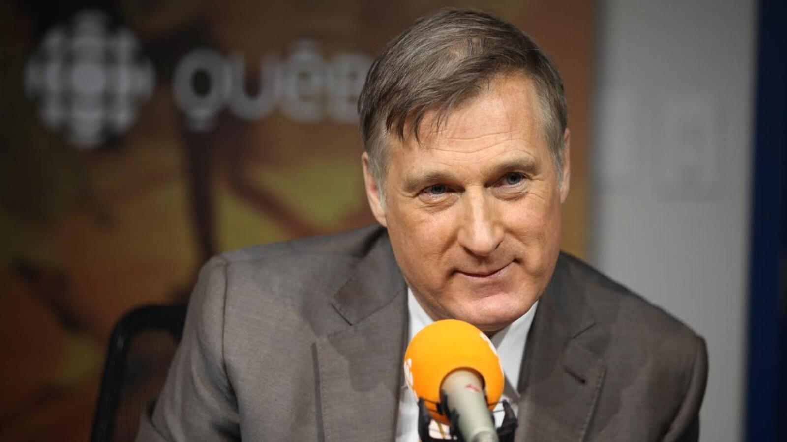Maxime Bernier au micro à l'émission matinale Première heure, animée par Claude Bernatchez.