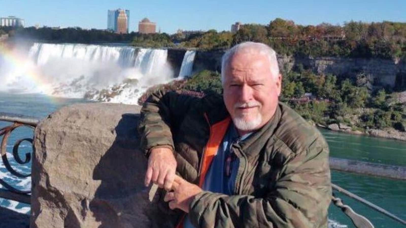 Bruce McArthur portant une veste, accoté sur le rempart de la promenade des chutes Niagara.
