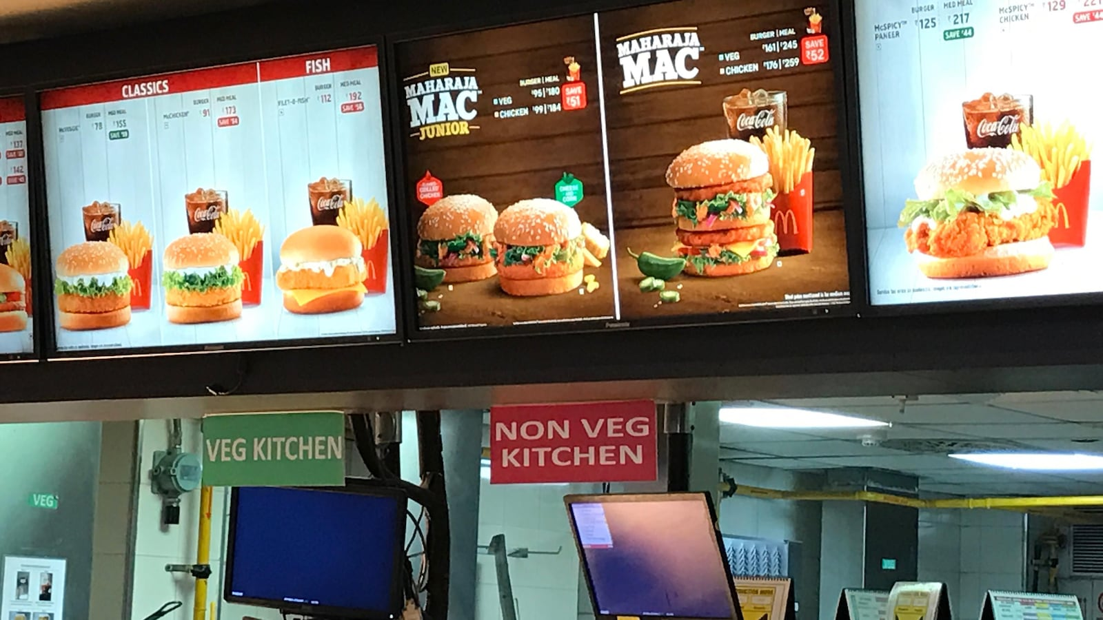 Panneau lumineux affichant le menu d'un restaurant McDonald's.