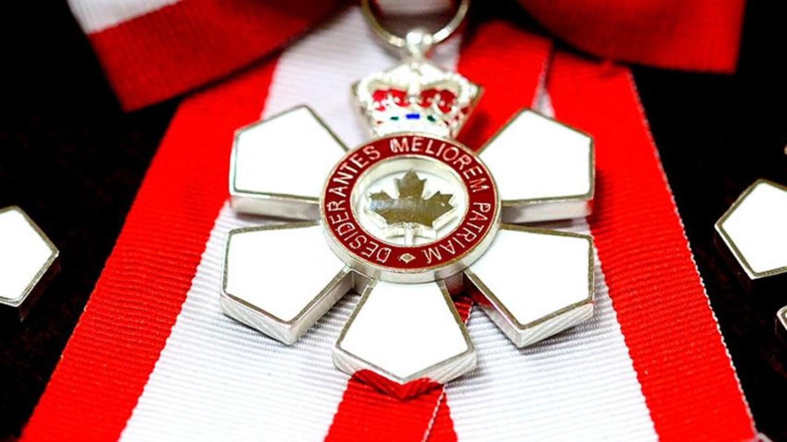 Une médaille de l'Ordre du Canada.