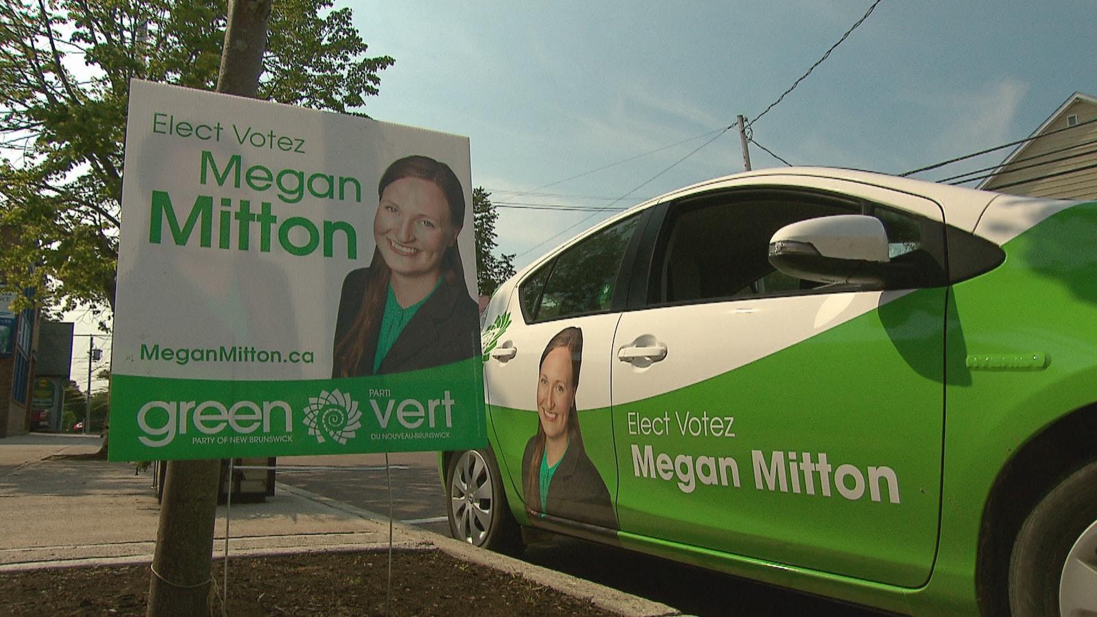 La voiture de Megan Mitton ainsi qu'une affiche électorale.