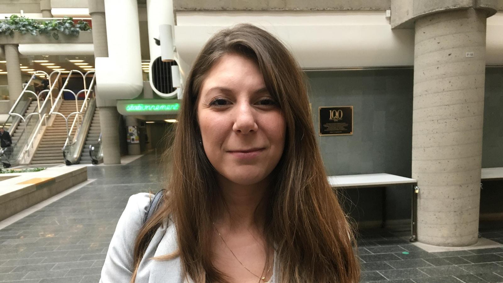 Megda Belkacemi à sa sortie de la salle d'audience au palais de justice de Québec