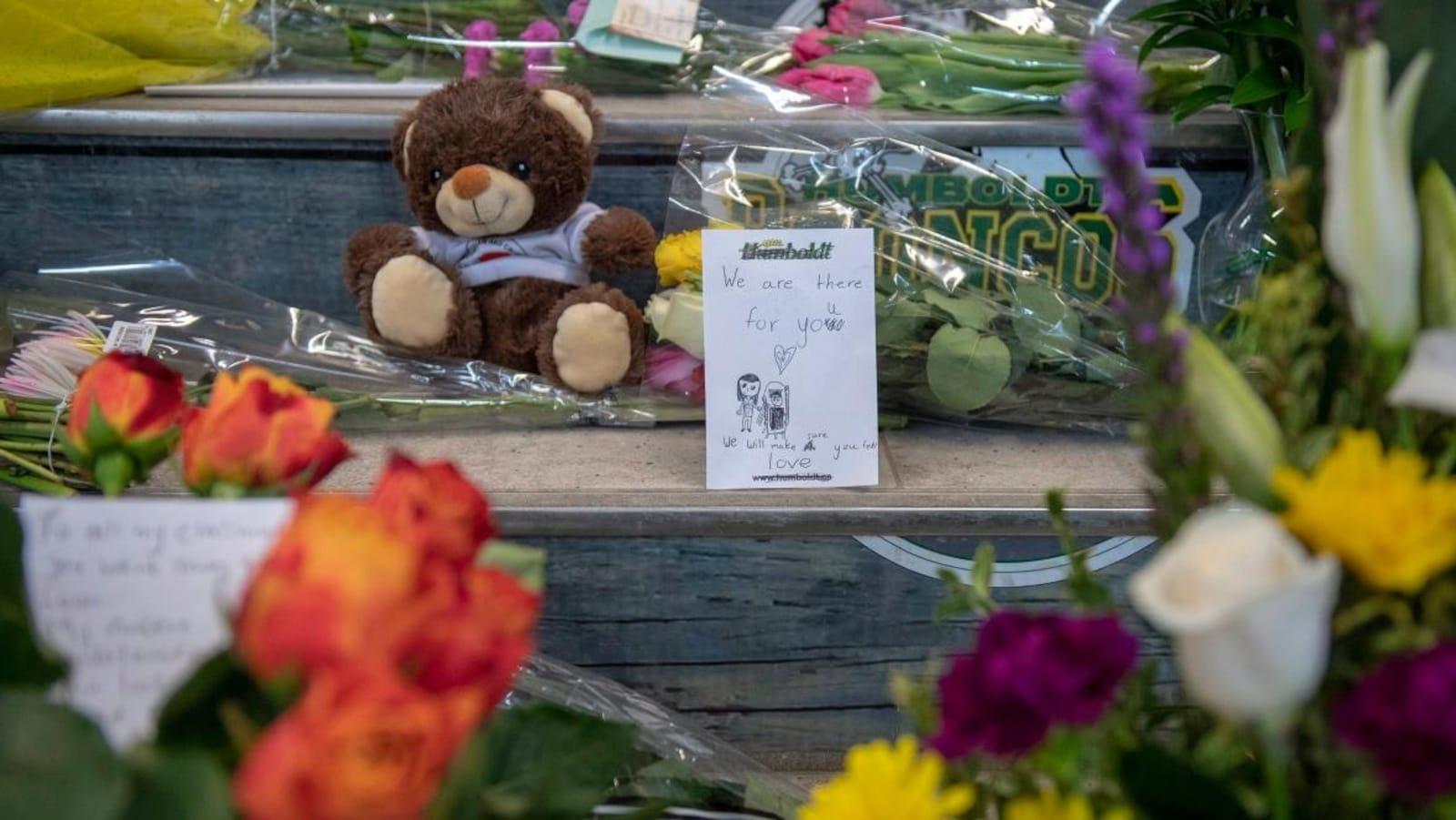 Des fleurs et des messages déposés sur les marches de l'aréna Elgar-Petersen à Humboldt.